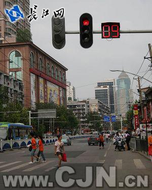 武汉红绿灯倒计时显示器为何只倒数9秒_24小时本网