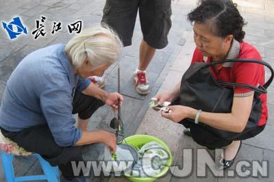 武漢蓮子奶奶擺攤33年撫養孫輩感動網友_2