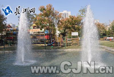儿童游乐园前的喷泉