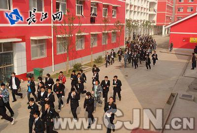 武汉海事学校举行消防安全实战演习