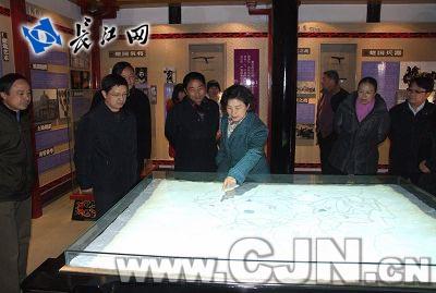 东湖风景区管委会书记石大鸿参观楚文化馆