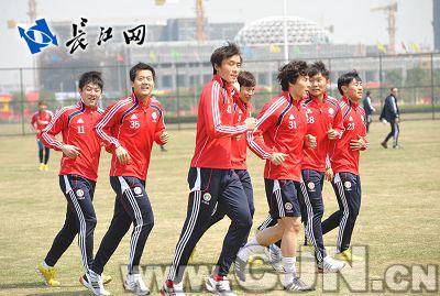 国足队员在武汉与小学生球员亲切互动