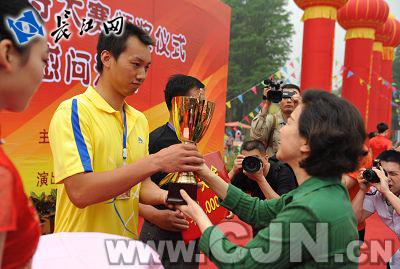 武汉市政协副主席,东湖风景区管委会主任石大鸿为冠军队颁奖
