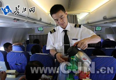 卜文军)飞机上的乘务长