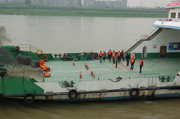 武汉海事局举行水上救援应急实战演练