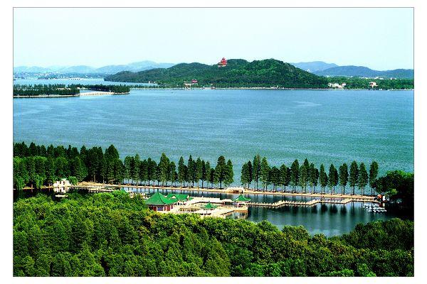 今日(10月10日),武汉东湖风景区管委会宣传部长何连远在接受长江网