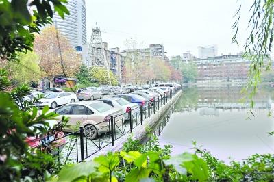 武汉中山公园亲水平台成了停车场