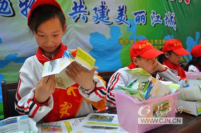 广告纸变垃圾盒 汉阳小学生传艺大人变废为宝图片