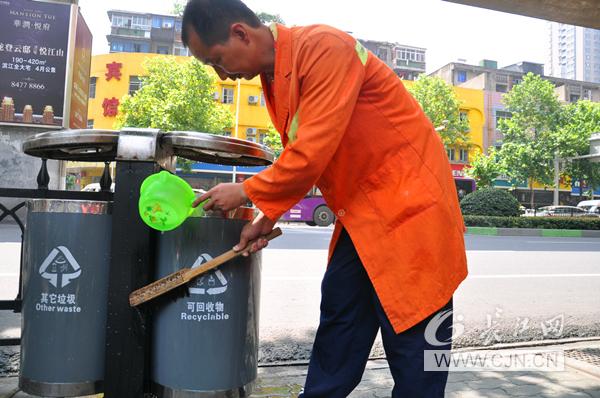 罗师傅正在清洗街头的垃圾桶 (长江网记者 邓小龙 通讯员 易先云 易望星 袁宝童)随着武汉城管革命的不断推进,遍布大街小巷的垃圾桶不再仅仅是承装废弃物的容器。作为城市家具的一部分,其自身形象也在不断提高。长江网记者走访发现,街头垃圾桶的保洁颇为不易。   6月4日上午,记者在汉口京汉大道前进一路一带见到一名环卫工人,正在清洗垃圾桶。记者看到,他先将顶部烟缸里的烟蒂扫进桶里,再洒水刷洗整个垃圾桶,并用抹布擦拭。一个垃圾桶洗完,大概花了7分钟时间。   据了解,这名环卫工系江汉区城管局清扫二队职工罗师
