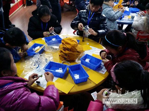 (通讯员 罗红)2015年1月29日,武汉科技馆举办的第五届小小科学家星光灿烂冬令营在武汉科技馆隆重开营。本届冬令营共举办3期,时间从2015年1月29日至2月12日,每期历时5天。   据了解,武汉科技馆培训部及小小科学家活动中心在冬令营中安排了丰富的活动内容。营员将参观科技展厅、观看4D电影,在各种室内外活动中探索地球的奥秘,接受传统文化的熏陶,感受空气压力的神奇力量、体验奇妙的磁悬浮力量;还将参与四驱车、飞机模型、风动力小车等多项比赛,展示自己的才华;自己动手制作气动挖土机、七彩圣诞树、变色转盘等