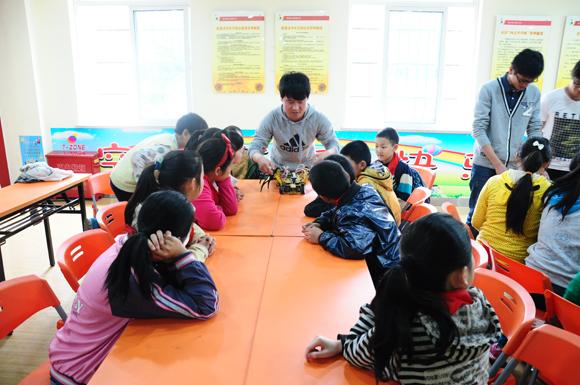 大学生带领小学生玩转机器人