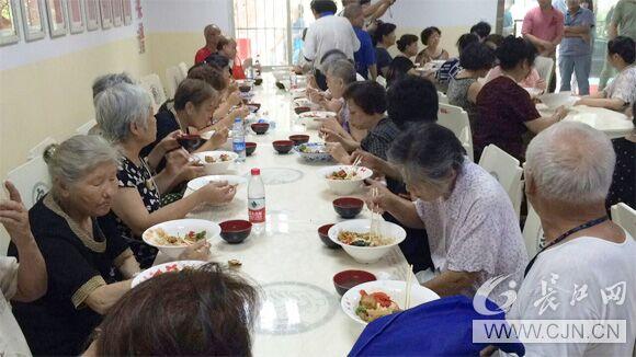 60位老人吃上免费中餐图片