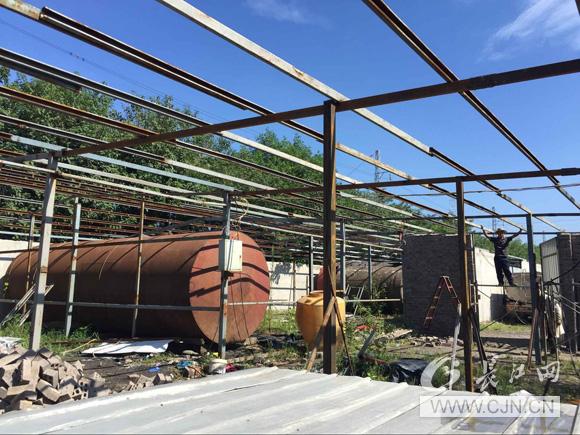 """""""钢材再次违法搭建钢架结构,并计划租予他人建蘑菇种植大棚和储存油罐"""