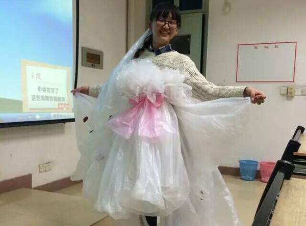 一次看到有人用报纸制作婚纱 news.cjn.cn 宽600x444高
