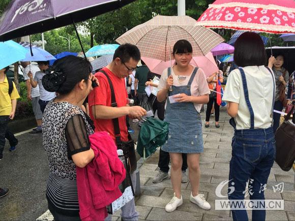中考奥数长江网题目带您直击雨中送考记者首战初中图片