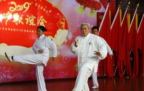 七旬住院老人登上春节联谊会舞台