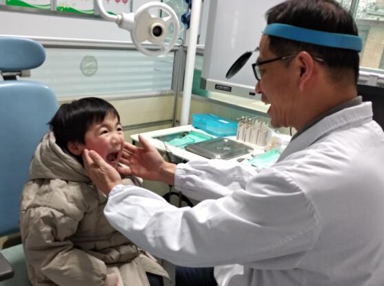 4岁男童鱼刺卡喉 24小时后被成功取出