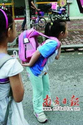 小学生书包重达10斤 专家称影响身心健康