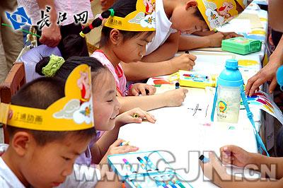 武汉儿童绘画传爱心图片