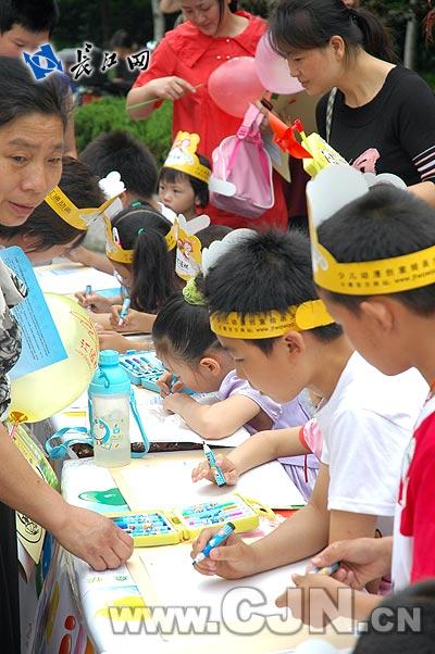 武汉儿童绘画传爱心