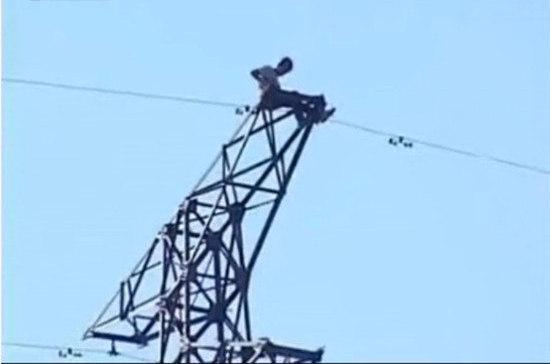 《男子爬高压电塔求爱