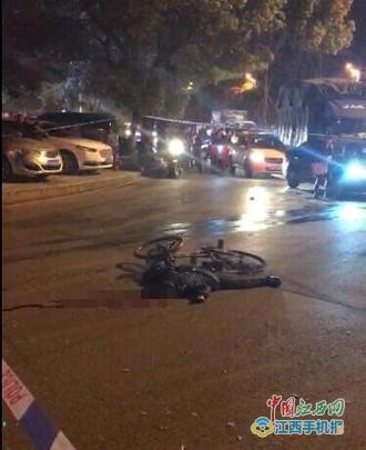 从网友提供的图片看出,一辆自行车倒在一个转盘的旁边马路上,一穿