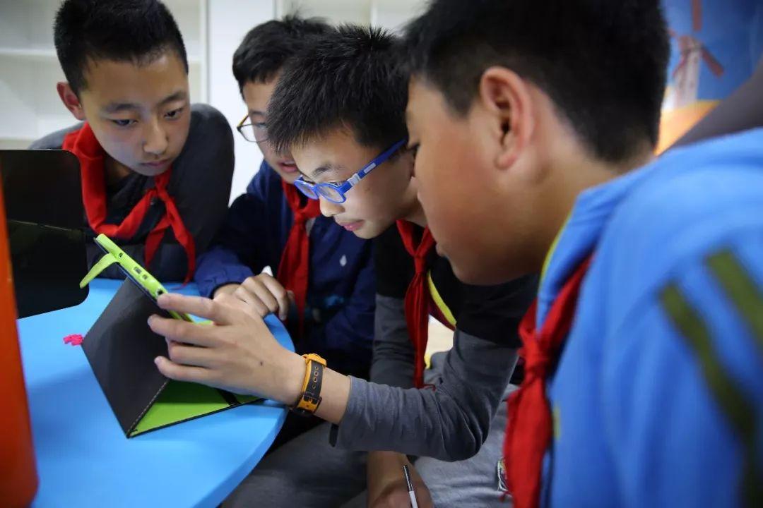 小学生家长刘女士说,学校校本课程里要求孩子把暑期去过的地方用