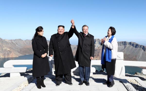 原定10月下旬启动的朝韩铁路联合考察活动至今没有着落,舆论猜测金...图片 30570 600x374