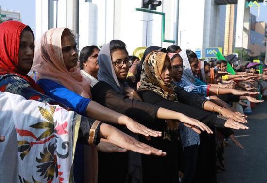 """印数百万女性街头抗议,组成620公里壮观""""人链"""