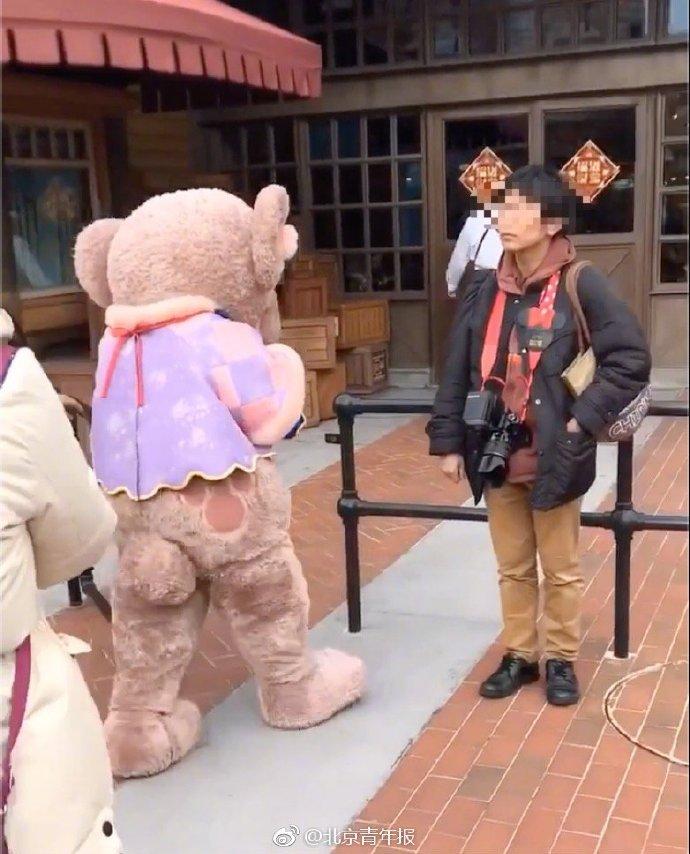 上海迪士尼人偶再被游客拉扯,园方:警方已介入