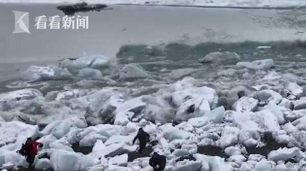 赏景秒变逃亡!冰岛冰川崩塌掀巨浪,游客惊慌逃