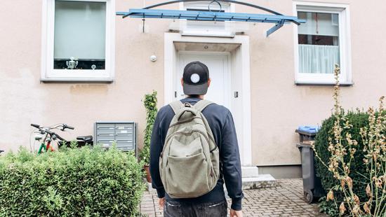 英国四分之一年轻人和爸妈同住,预计40岁才能买房