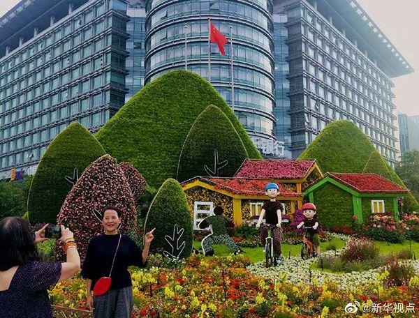 迎国庆!立体花坛亮相北京长安街