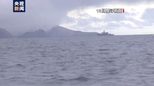 新西兰火山喷发搜救持续,搜救人员下水搜寻失