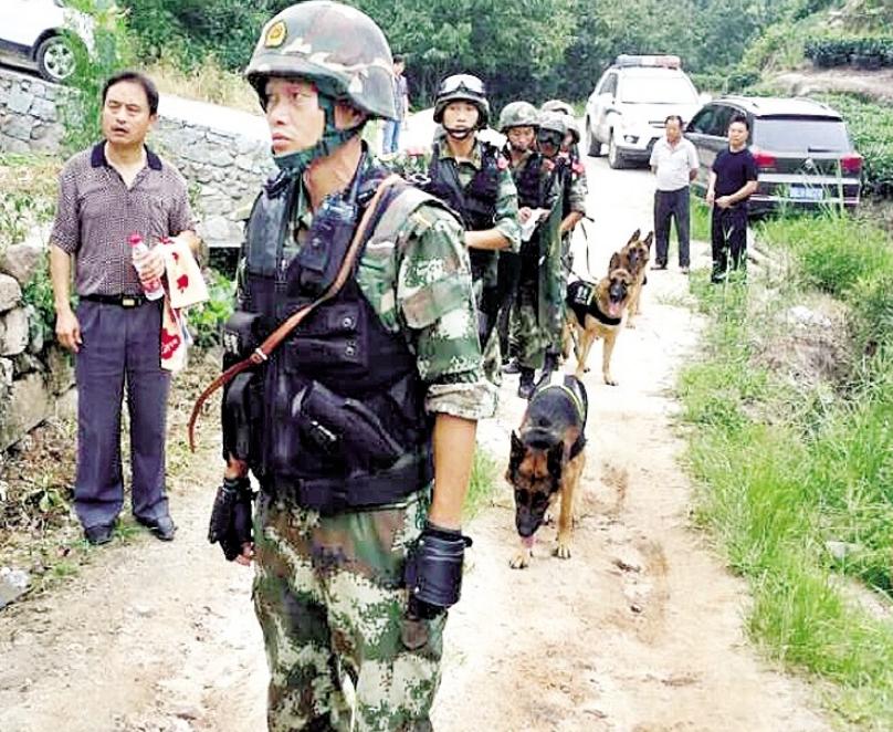 警方昨日通报,经过千余警民连续两夜一天的深山搜捕,嫌疑人覃某被抓获