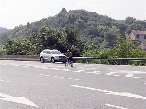 六旬老汉高速公路飚自行车 民警一顿猛追才拦下