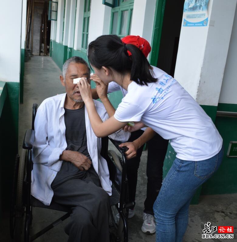 武汉95后大学生远赴山区福利院慰问老人图片