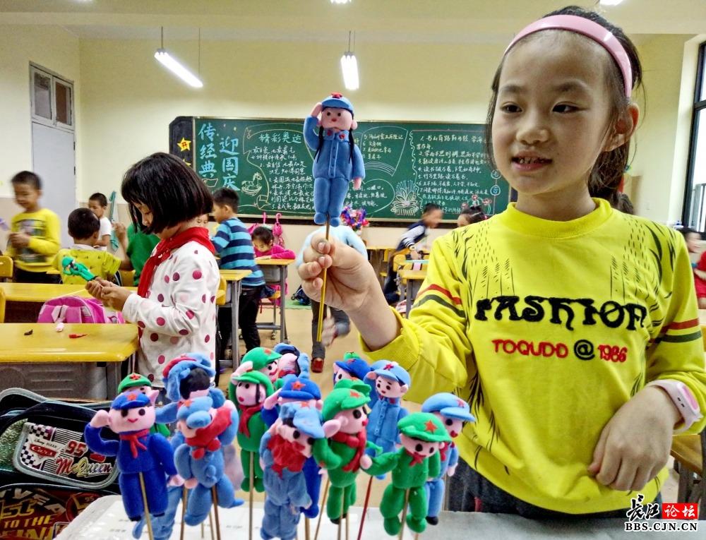 小学生彩泥捏做长征中的红军塑像