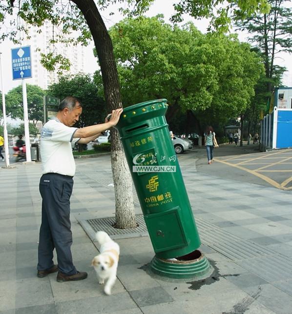 这个邮箱筒立在街头,不仅是武汉城市文明的风景物,而且邮箱筒的