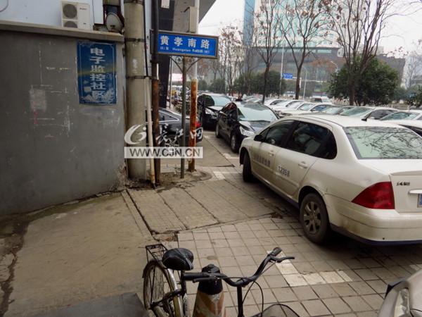小区正门口设停车位 居民抱怨出行不便