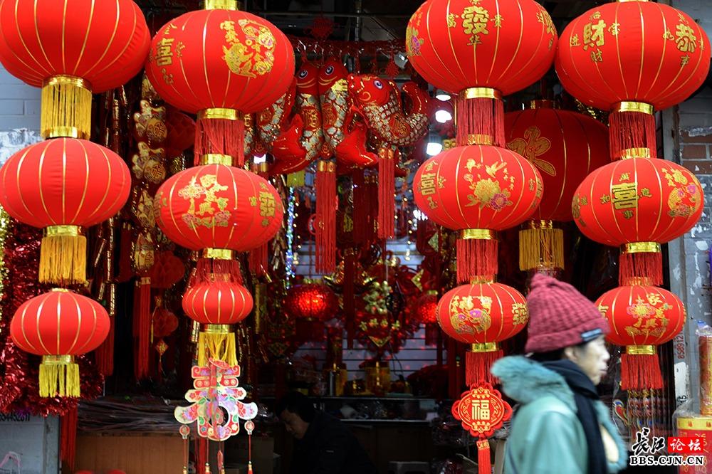 一眼望去,吉祥的大红灯笼,喜庆的中国结,串串红辣椒,金元宝,福字条,将