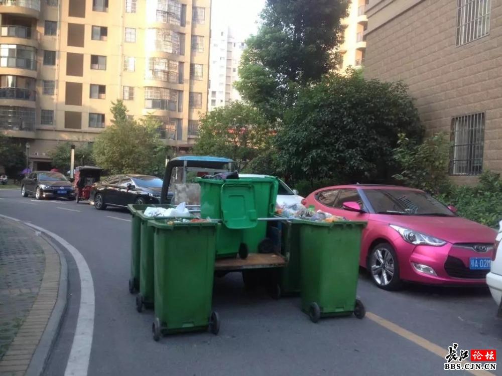 长江网讯(长江网i记者 有所谓)9月12日晨,i记者在汉南某小区见到,一辆三轮摩托车竟然变成了列车,而列车的车厢竟然是平时街头常见的那种有轮子的可以移动的垃圾桶,车头当然是三轮摩托车了。     据在小区收集垃圾的师傅介绍,以前平时这些垃圾都是靠通过每个垃圾桶进行收集,然后统一归置到某个点集中装车运走,不仅麻烦,而且还会造成多次污染,现在通过整个垃圾桶的收集,多次污染的这个问题便可迎刃而解,而且也减轻了工作强度与工作量,而其编组列车的原理便是通过在三轮摩托车的车厢上焊接铁横杆,再在铁横杆上焊