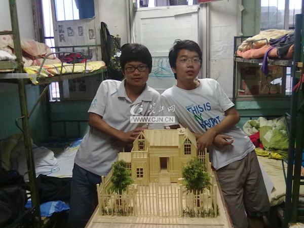 (长江网i新闻记者 陈志军)5000双筷子,600ml胶水,150个小时,终于做成了这个长1米,宽0.5米的温馨小屋,纯手工哦。错落的小院、栩栩如生的房子、精致的桌椅和风车以及翠绿的小树,这一个温馨小院,竟然是两个大一的学生,用一次性筷子手工做成,让人不得不称牛人!    【记者追访】记者联系上小屋的主人,湖北工程学院城建学院土木工程系大一学生陈志军,据他介绍,这个温馨小屋是他和室友王飞一起制作而成。两人都酷爱建筑模型,王飞是该校建模社团的干事,三个星期前,两人开始着手做这样一个梦想中的温馨小屋