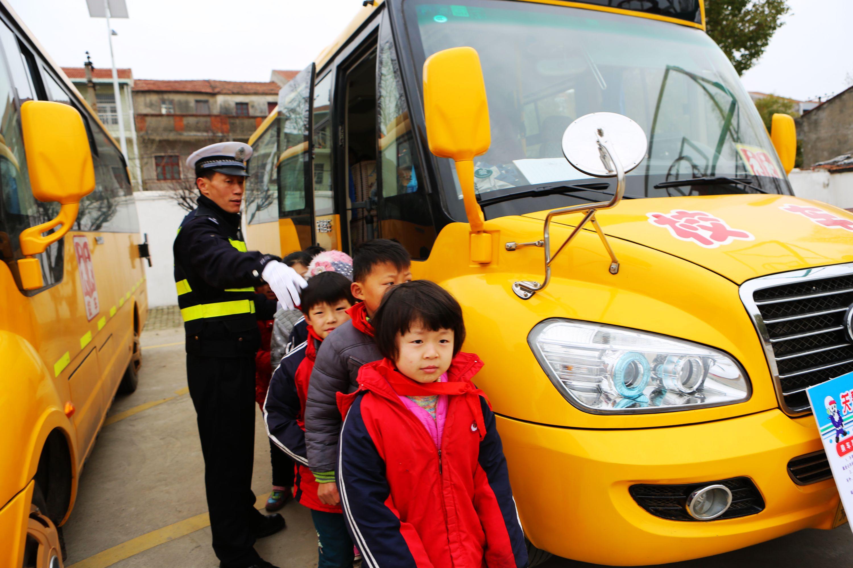 武汉市东西湖区交警引导学生在遇到紧急情况时进行依序撤离校车演练.