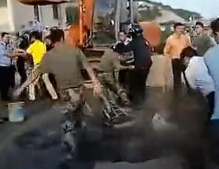 青岛城管强拆军区大院冲突激烈 网友质疑城管无敌(图)