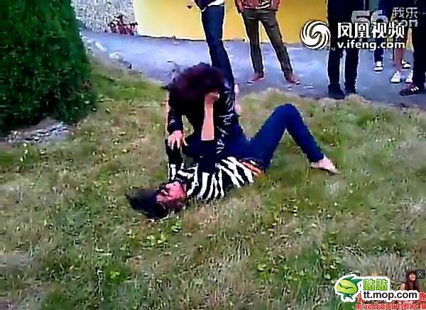 女生打架头像_女生打架撕光衣服图片_女生打