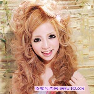蓬蓬卷发:小可爱女生最爱的爆炸头,搭配蝴蝶结小发卡看起来更加可爱