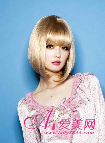> 娃娃feel齐刘海短发 围巾发型首选   齐刘海衬托出的娃娃般可爱气质