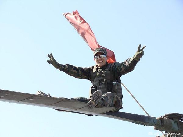 在直升机螺旋桨上照相!牛