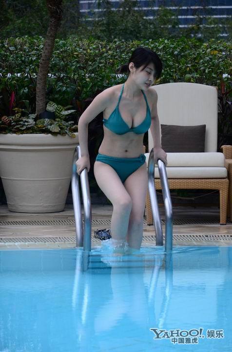 徐冬冬独身在酒店泳池享受悠闲时光